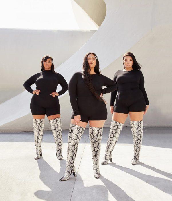 Nadia Aboulhosn con otras dos modelos vestidas de negro y las botas altas con estampado de piel de víbora