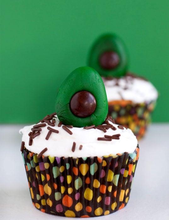 Fiesta temática de aguacate; cupcakes festivos