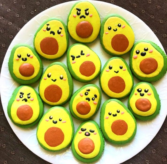 Fiesta temática de aguacate; galletas con caras tiernas