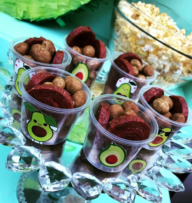 Fiesta temática de aguacate; vasos con dulces de tamarindo y cacahuates