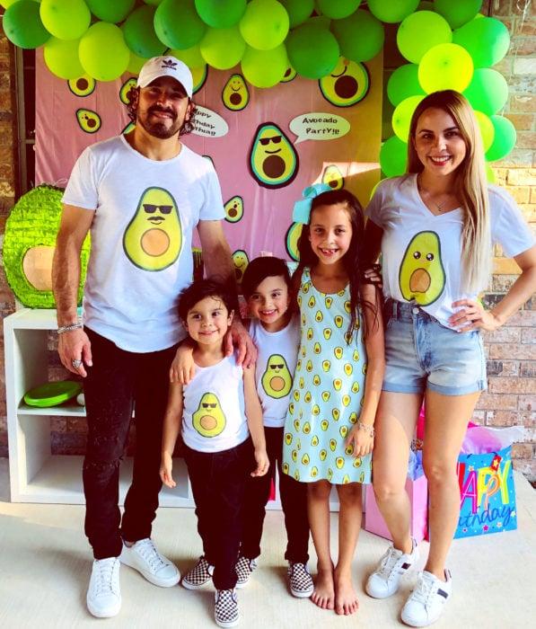Fiesta temática de aguacate; familia, papá, mamá e hijos en fiesta vestidos con ropa con estampado de aguacate