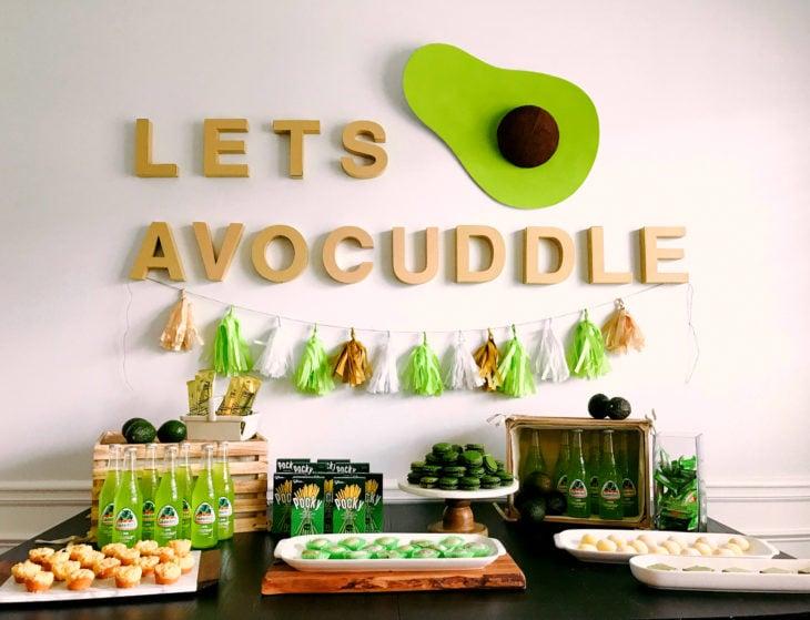 Fiesta temática de aguacate; mesa de dulces de color verde