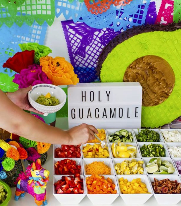 Fiesta temática de aguacate; mesa de aperitivos con guacamole