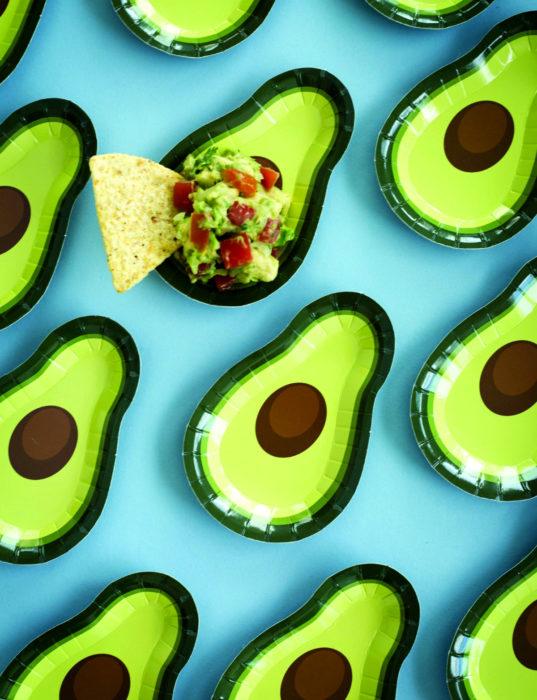 Fiesta temática de aguacate; platos con guacamole