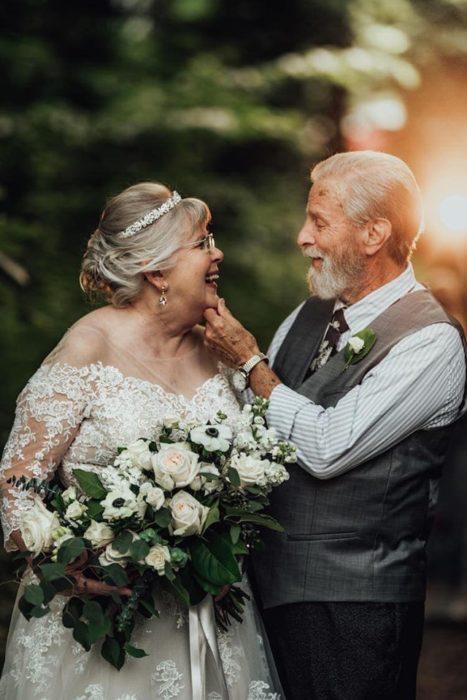 George y Ginger Brown mirándose a los ojos, sonriendo felizmente