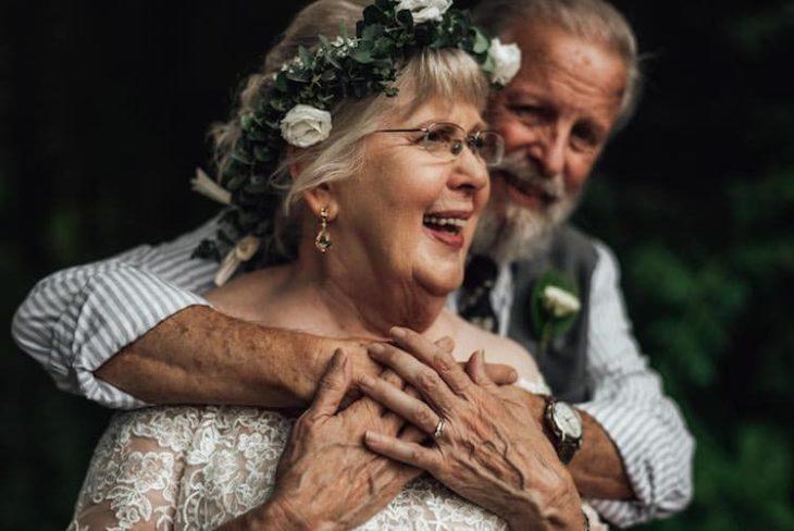 George y Ginger Brown abrazados por la espalda, sonriendo ligeramente