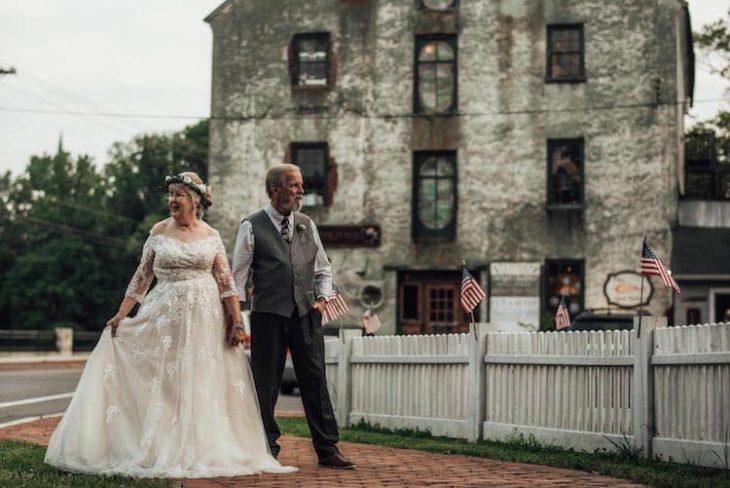 George y Ginger Brown caminando por un sendero dura de un castillo americano