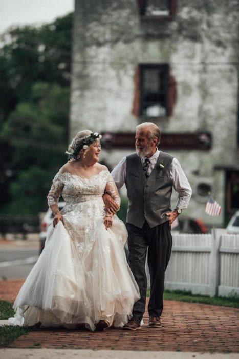 George y Ginger Brown tomados del brazo, caminando por un sendero de tierra rojiza