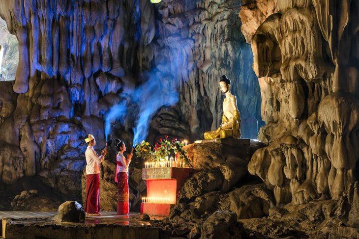 Pareja de novios dentro de una cueva haciendo un ritual en china