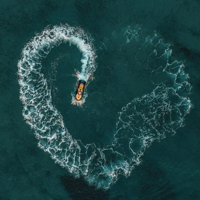 Lancha formando un corazón en medio del mar