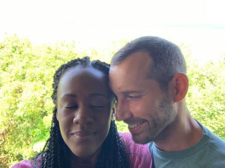 Foto de la pareja de Kenesha Antoine y Steven Weber con un fondo verde