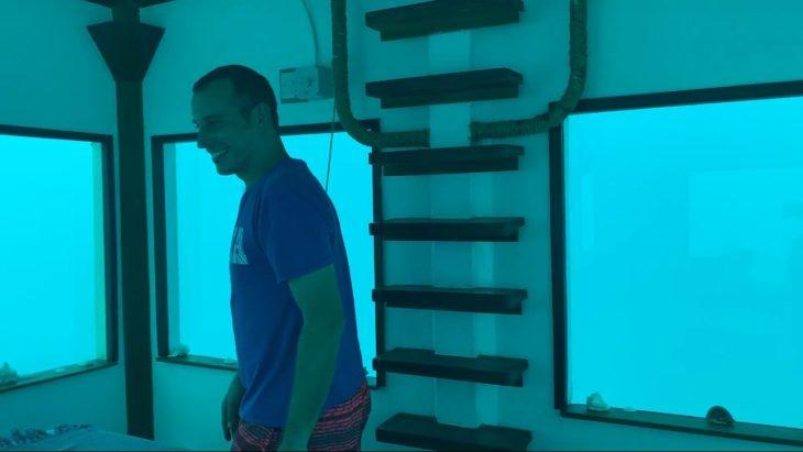 Steven Weber recorre la habitación submarina en el hotel que se hospedaban