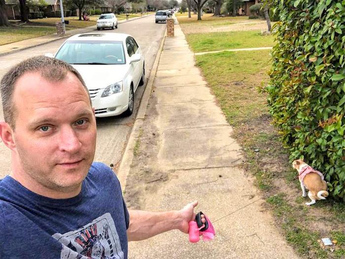 Hombre sacando a pasear al perro y luego tomándose una selfie