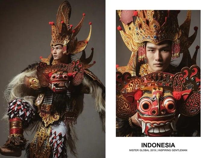 Hombre concursante de Mister Global se visten con su traje regional de Indonesia