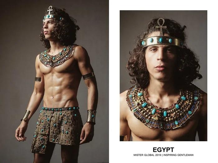 Hombre concursante de Mister Global se visten con su traje regional de Egipto