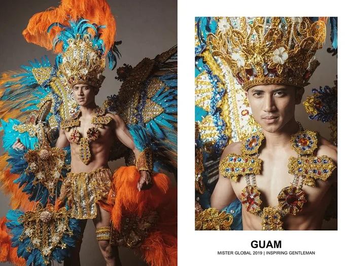Hombre concursante de Mister Global se visten con su traje regional de Guaján