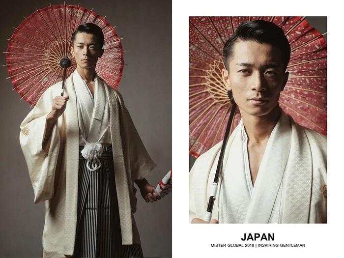 Hombre concursante de Mister Global se visten con su traje regional de Japón
