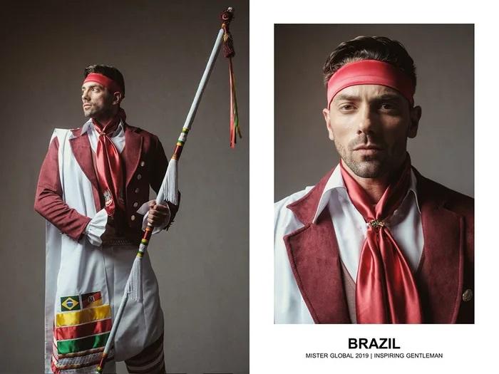 Hombre concursante de Mister Global se visten con su traje regional de Brasil