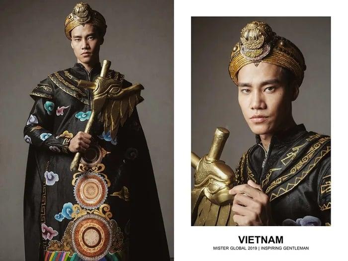 Hombre concursante de Mister Global se visten con su traje regional de Vietnam