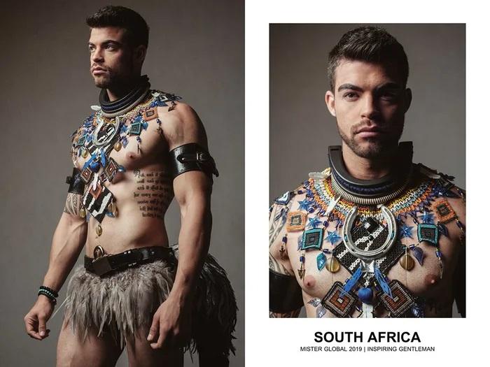 Hombre concursante de Mister Global se visten con su traje regional de Sudáfrica