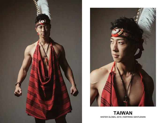 Hombre concursante de Mister Global se visten con su traje regional de Taiwan