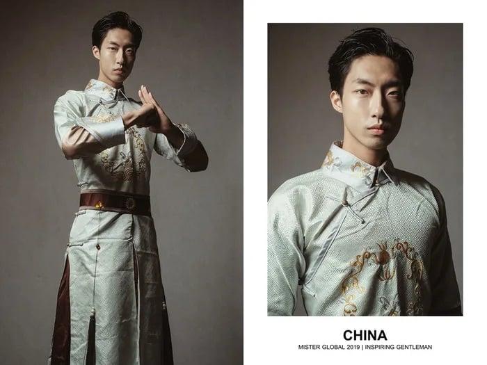 Hombre concursante de Mister Global se visten con su traje regional de China