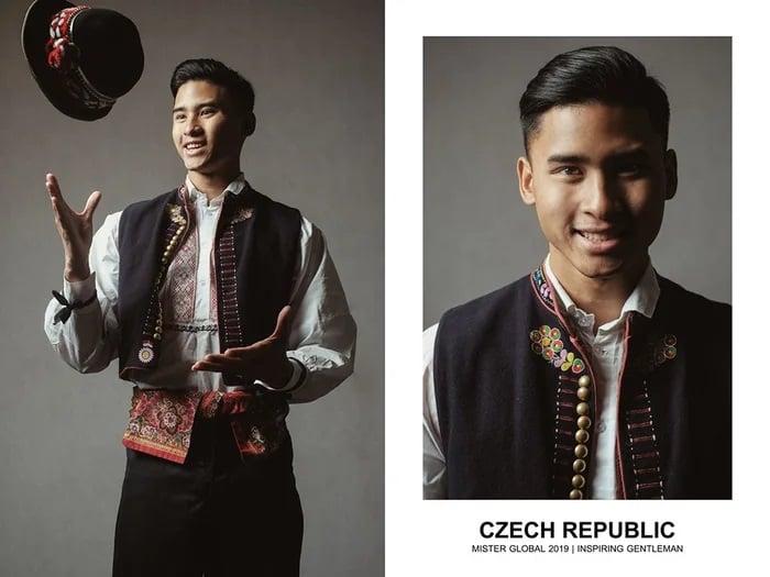 Hombre concursante de Mister Global se visten con su traje regional de República Checa