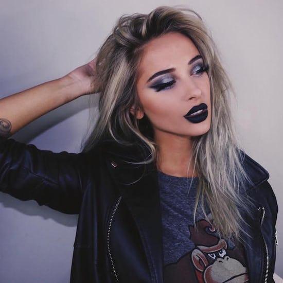 Chica usando un maquillaje monocromático en tonos de color azul marino