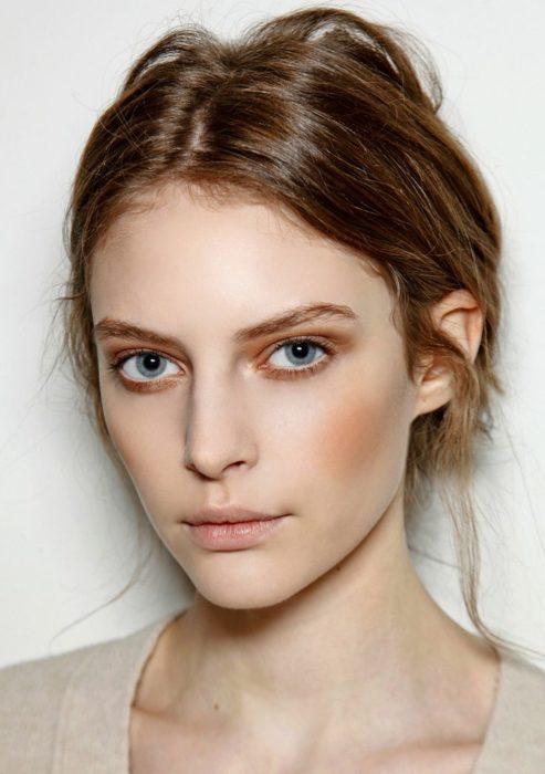 Chica usando un maquillaje monocromático