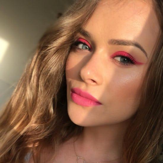 Chica usando un maquillaje monocromático en colores rosas en labios y ojos