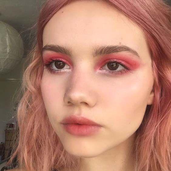 Chica con un maquillaje monocromático en tonos pasteles