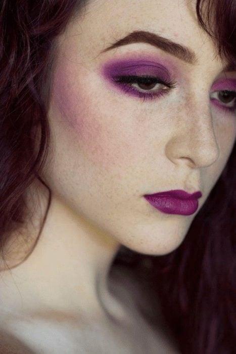 Chica usando un maquillaje monocromático en colores púrpura