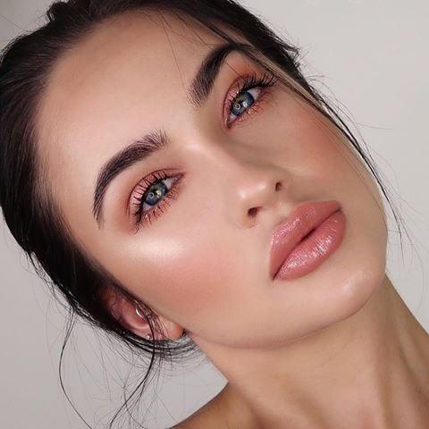 Chica con un maquillaje de colores nude estilo monocromático