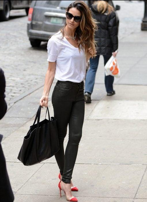 Jeans negros, blusa blanca y tacones rojos