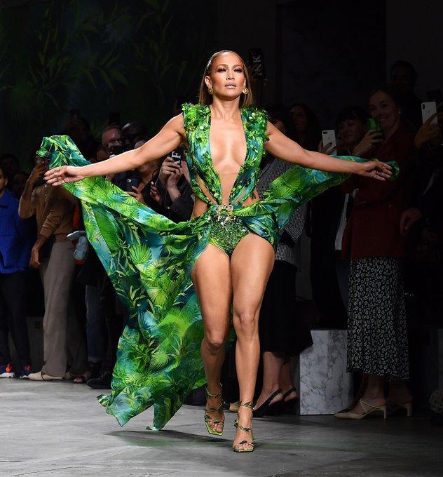 Jennifer Lopez caminando por la pasarela de Versace en Milán