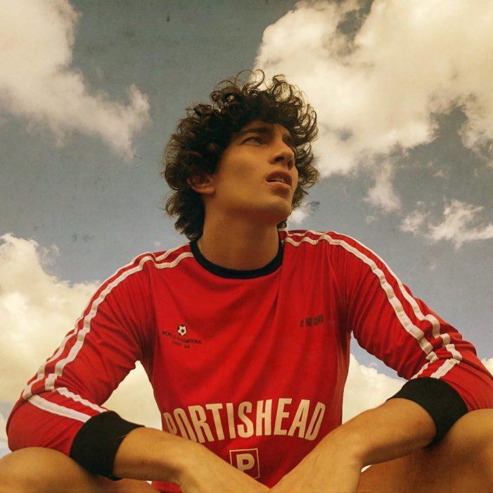 Jorge López Astorga, actor de serie de Netflix que interpreta a Valerio; chico con playera de equipo de futbol