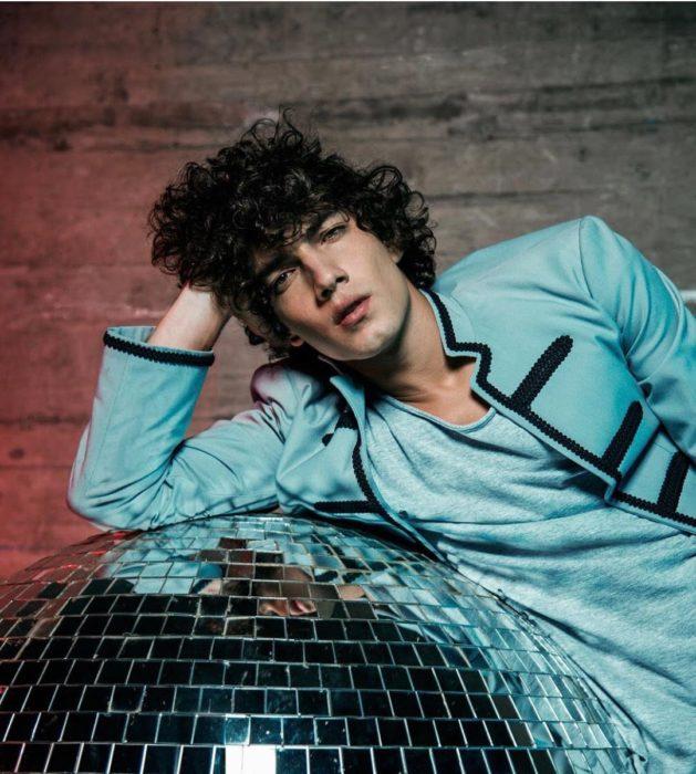 Jorge López Astorga, actor de serie de Netflix que interpreta a Valerio; chico de expresión seria, con cabello chino y rebelde con traje azul estilo Sargent Pepper's Lonely Hearts Club Band de The Beatles