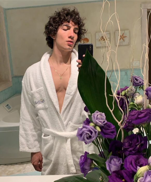 Jorge López Astorga, actor de serie de Netflix que interpreta a Valerio; chico de cabello chino tomándose selfie frente al espejo