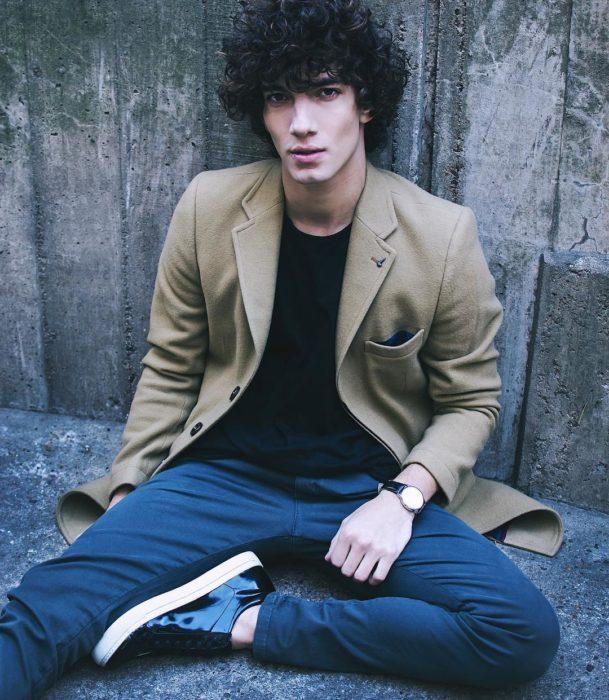 Jorge López Astorga, actor de serie de Netflix que interpreta a Valerio; chico de cabello chino y rebelde con saco verde y jeans