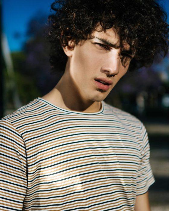 Jorge López Astorga, actor de serie de Netflix que interpreta a Valerio; chico de cabello chino con expresión seria y ojos entrecerrados