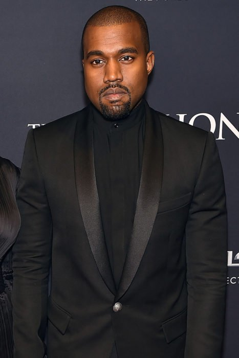 Kanye West con saco color negro
