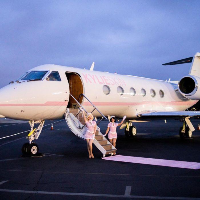 Un avión de Kylie Jenner pintado con los colores de su marca