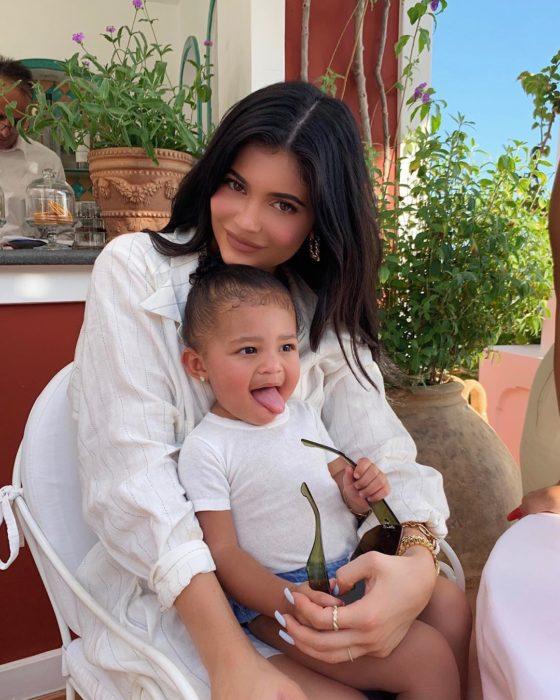 Kylie Jenner con su hija, ambas con blusa blanca