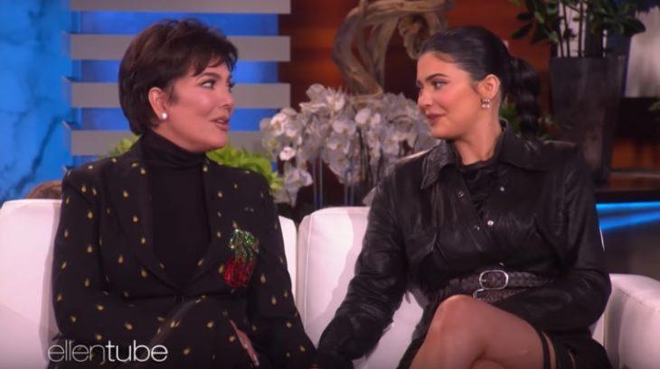 Kylie Jenner y su mamá Kris durante la entrevista en el Ellen DeGeneres Show