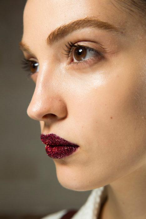 Labios color vino con glitter
