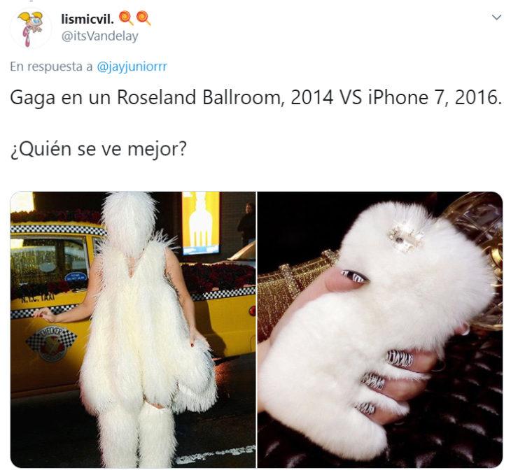 Comparación de Lady Gaga usando un vestido de plumas con un case de iphone blanco afelpado