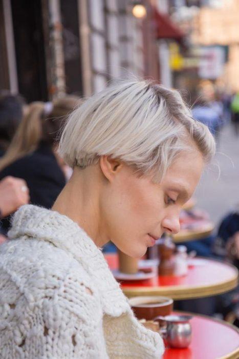 una muje rentada con una mesa en la calle de fondo con corte 'bowl' semirecogido