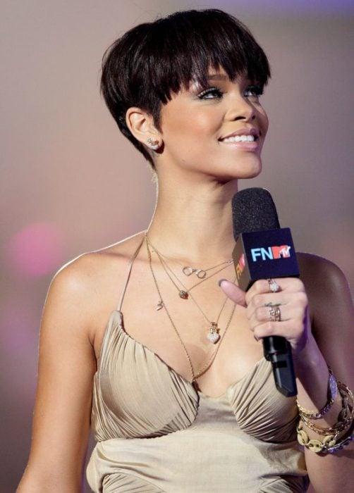 Rihanna con un corte 'bowl' en castaño oscuro