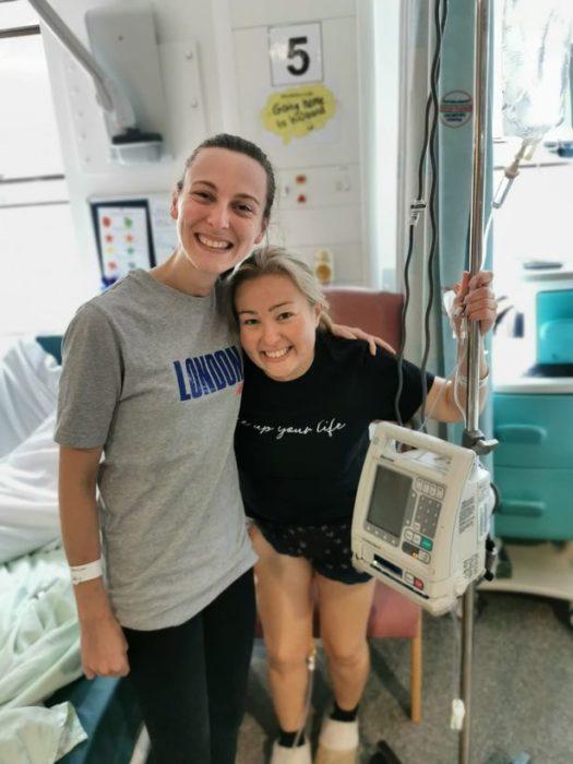 Helen Ashley y Lauren Franklin en el hospital después de una operación de trasplante de riñón