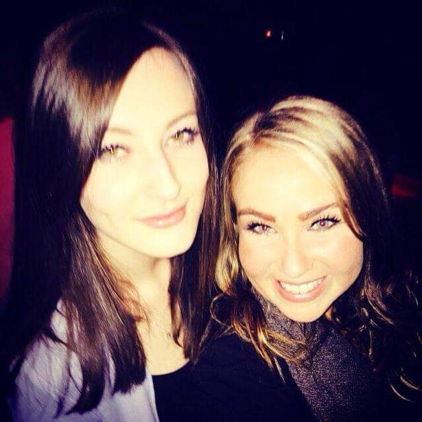 Chicas tomándose una selfie después de salir una noche de fiesta